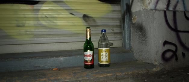 Botellas de vidrio en una cancela de Berlín. /Tamara Velázquez - Con la pluma en bandeja
