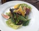 Ensalada de hojas Castelfranco, higos, naranja, nueces caramelizadas y queso Castelmagno, The Oak - Tamara Velázquez www.conlaplumaenbandeja.com